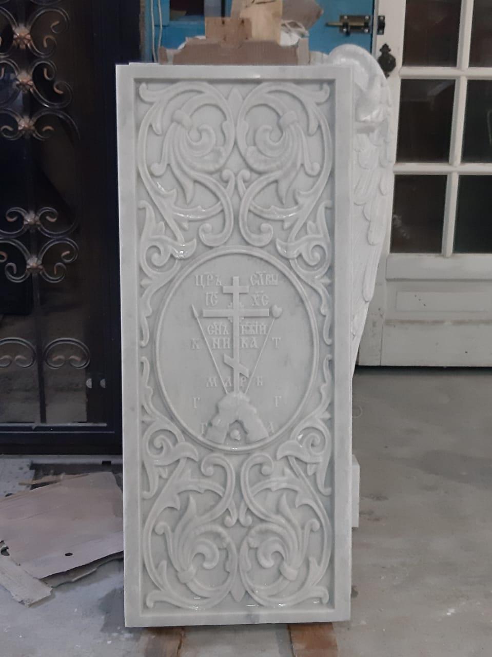 Резная надгробная плита